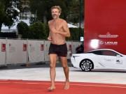 Đạo diễn cởi trần, mặc quần đùi chạy trên thảm đỏ LHP Venice