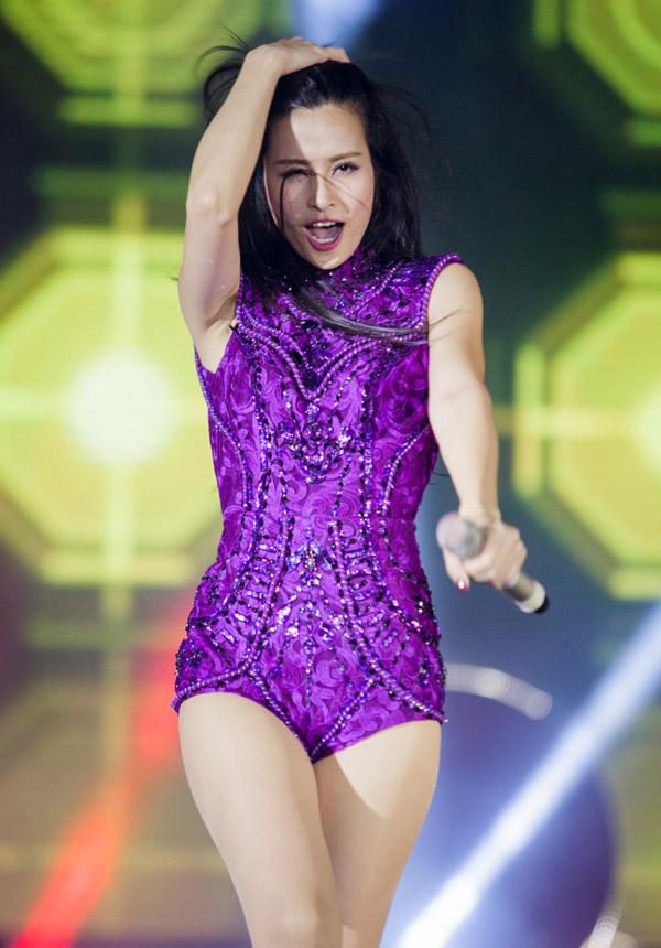 Đồ diễn như bikini của ca sĩ Việt: Sao cho hết phản cảm? - 2