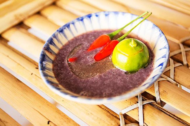 Mắm tôm: Loại gia vị vô cùng quen thuộc với người Việt Nam lại khiến nhiều thực khách quốc tế bịt mũi, lè lưỡi. Mắm tôm là loại mắm được làm chủ yếu từ tôm và muối ăn, qua quá trình lên men tạo nên hưong vị đặc trưng. Đối với người Việt Nam mắm tôm là một thứ không thể thiếu trong nhiều món ăn như bún đậu mắm tôm, bún thang...