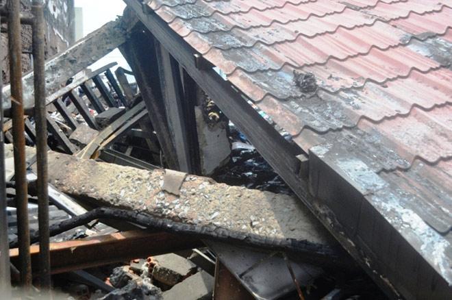 Hiện trường đổ nát trong vụ cháy khiến 3 cảnh sát thương vong - 7