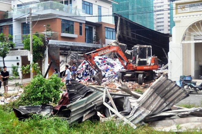 Hiện trường đổ nát trong vụ cháy khiến 3 cảnh sát thương vong - 11