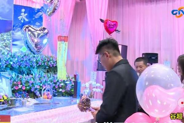 Đám cưới trong tang lễ khiến khách tới dự bật khóc - 1