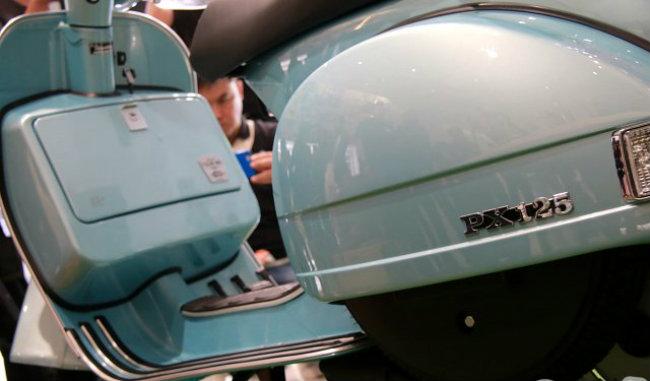 Mẫu xe đặc biệt này chỉ có đúng 200 chiếc tại Thái Lan, với màu xanh da trời Blue Azzurro 70, đánh thức đam mê của những khách hàng với xe ga Vespa.