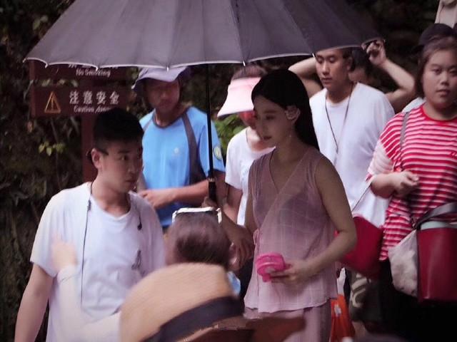 Phạm Băng Băng diện áo mỏng tang trên phim trường nóng nực - 1