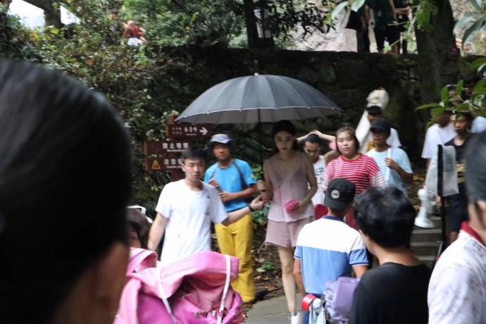 Phạm Băng Băng diện áo mỏng tang trên phim trường nóng nực - 2