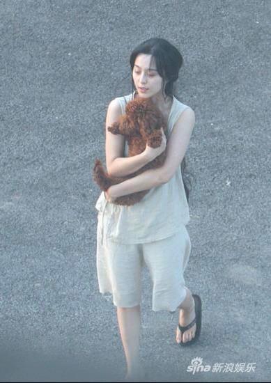 Phạm Băng Băng diện áo mỏng tang trên phim trường nóng nực - 7