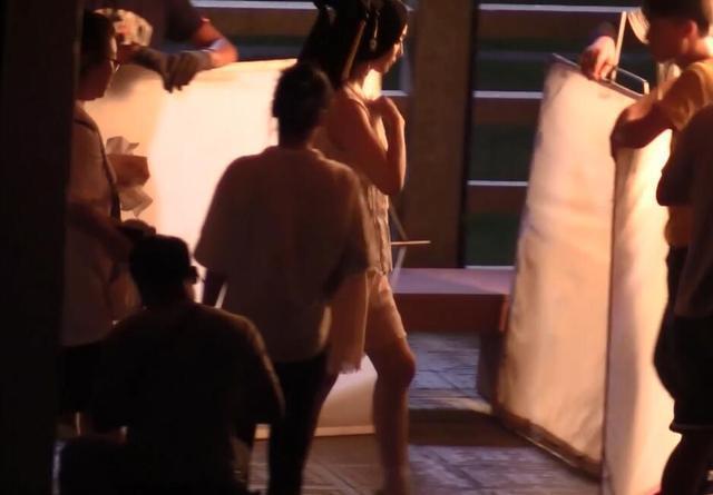 Phạm Băng Băng diện áo mỏng tang trên phim trường nóng nực - 9