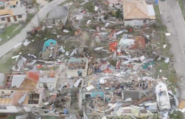 Siêu bão Irma: Xe hơi bay, xe container cũng bay - 1