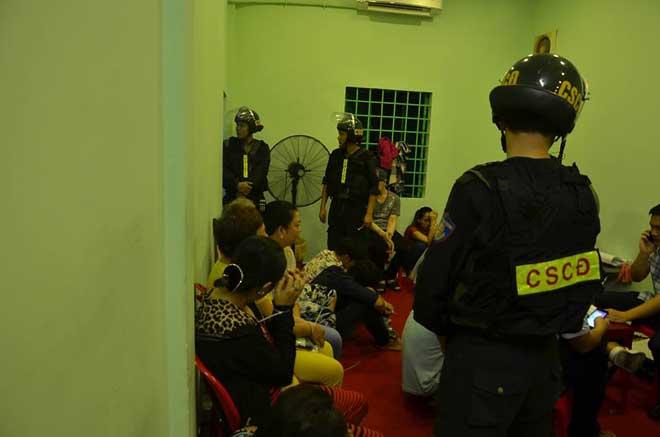 Hơn 100 cảnh sát đột kích sới bạc ở SG - 1