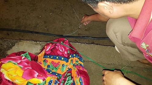 Bé trai 4 tuổi tử vong trên đường làng, dây điện dính vào chân - 1