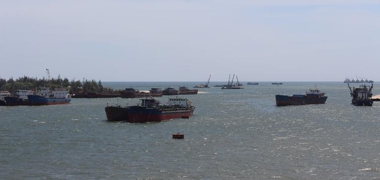 Trục vớt quả ngư lôi nặng 240kg ở cửa biển Quảng Trị - 1