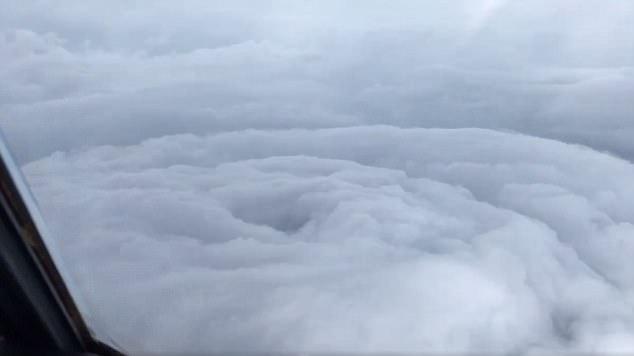 """Video """"độc"""" về siêu bão cực mạnh sầm sập lao hướng Mỹ - 1"""