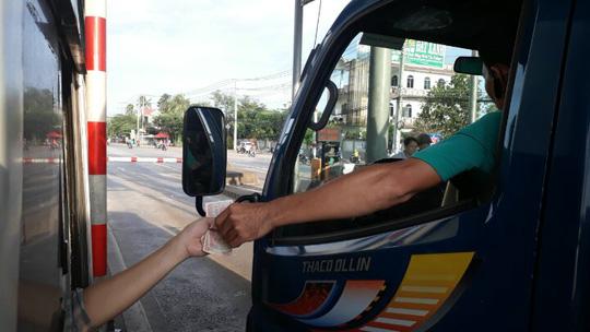 Tài xế đồng loạt dùng tiền lẻ, BOT Biên Hòa phải xả trạm - 7