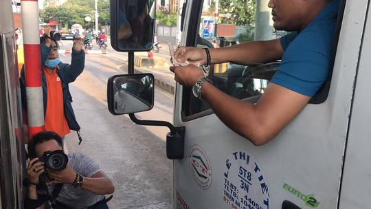 Tài xế đồng loạt dùng tiền lẻ, BOT Biên Hòa phải xả trạm - 8