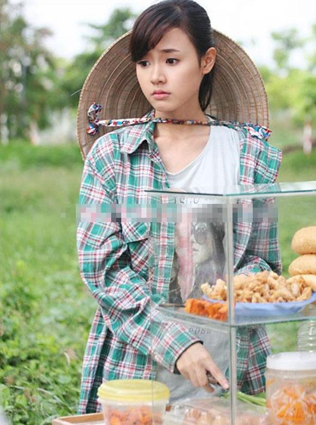"""Midu ăn mặc giản dị, đội nón lá đi bán bánh mỳ trong phim """"Con trai, con gái""""."""