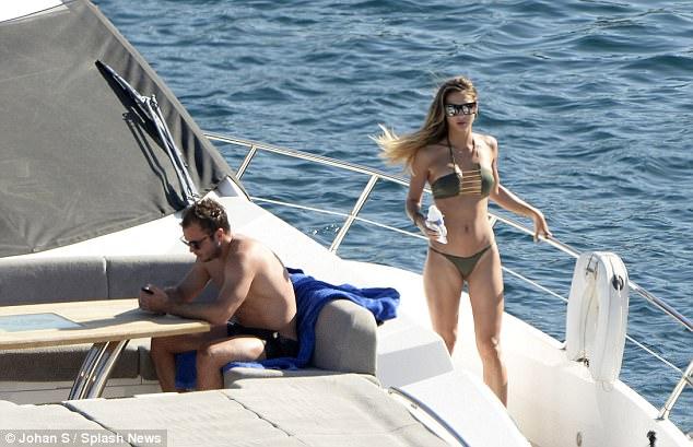 Mario Gotze và bạn gái người mẫu vô tư tình tứ mặn nồng giữa biển trời - 5