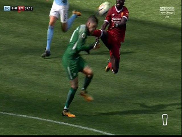 Tung cước như De Jong, SAO Liverpool lĩnh ngay thẻ đỏ