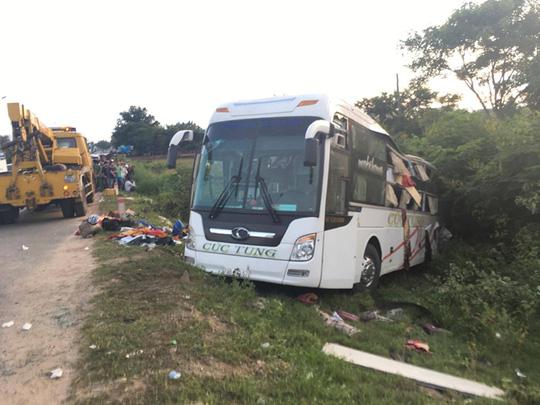 Xe container va chạm xe khách, gần 10 người thương vong - 1