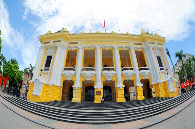 Theo lịch sử, Nhà hát Lớn Hà Nội được xây dựng từ năm 1901, trên một vùng đầm lầy thuộc đất của hai làng Thạch Tần và Tây Luông thuộc Tổng Phúc Lân, huyện Thọ Xương. Việc xây dựng được kéo dài đến năm 1911 mới hoàn thành.Kinh phí xây dựng nhà hát được duyệt là 2.000.000 franc Pháp (hơn 8,2 tỷ đồng) - một khoản tiền rất lớn vào thời đó.