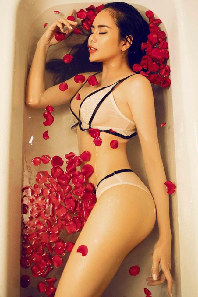 Hoa hậu điện ảnh Sella Trương là một trong những cái tên đang được nhắc đến nhiều trong thời gian gần đây bởi vẻđẹp lai cuốn hút.