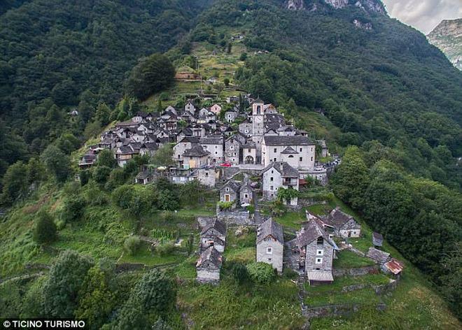 Ngôi làng Thụy Sĩ khốn khổ vì không có trẻ em - 1