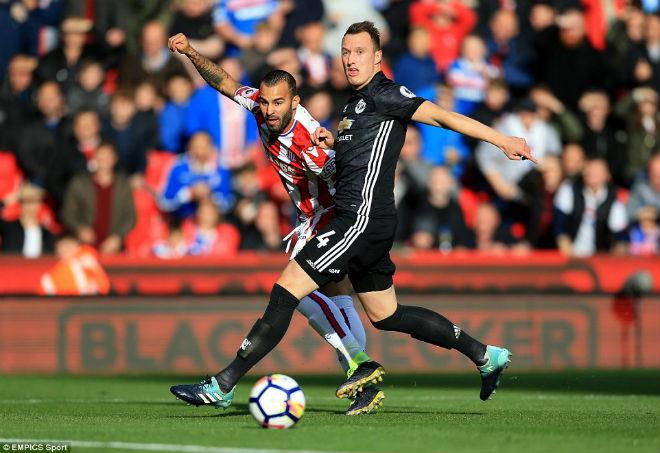 """Góc chiến thuật Stoke – MU: Mourinho sai lầm, """"cạn lời"""" vì hàng thủ - 3"""