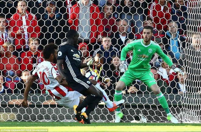 """Góc chiến thuật Stoke – MU: Mourinho sai lầm, """"cạn lời"""" vì hàng thủ - 2"""