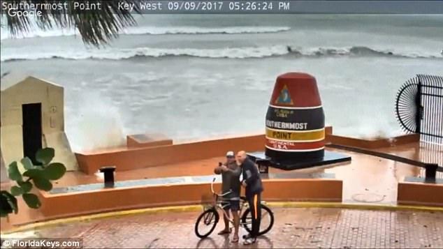 Mỹ: Ra biển chụp ảnh, bị sóng do siêu bão Irma đập bay người - 1