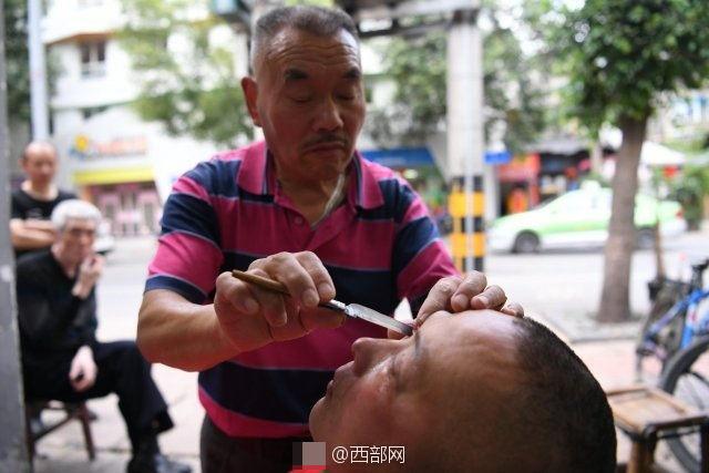 Dùng dao cạo lấy gỉ, bụi bẩn trong mắt cho khách - 2