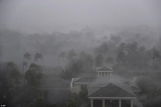 """Siêu bão """"quái vật"""" Irma đổ bộ vào Mỹ, sóng cao 5 mét tạt bờ - 1"""