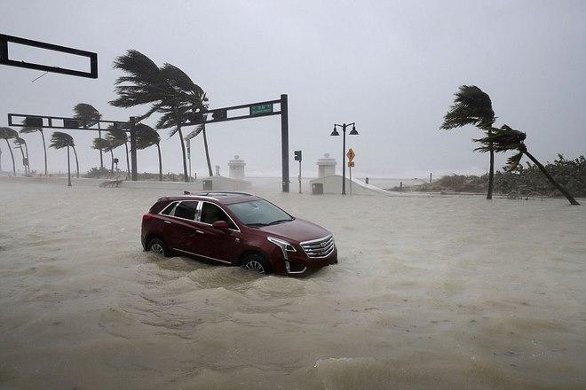 """Siêu bão """"quái vật"""" Irma đổ bộ vào Mỹ, sóng cao 5 mét tạt bờ - 2"""