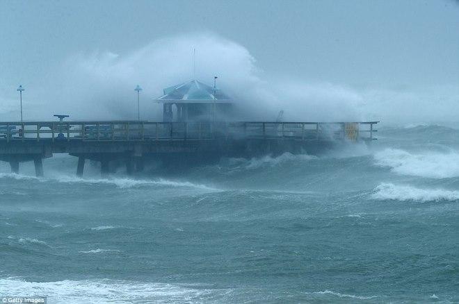 """Siêu bão """"quái vật"""" Irma đổ bộ vào Mỹ, sóng cao 5 mét tạt bờ - 4"""