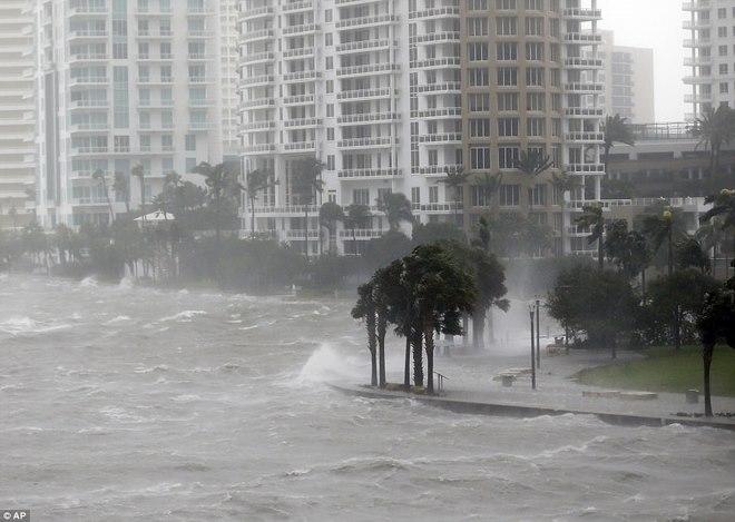 """Siêu bão """"quái vật"""" Irma đổ bộ vào Mỹ, sóng cao 5 mét tạt bờ - 5"""