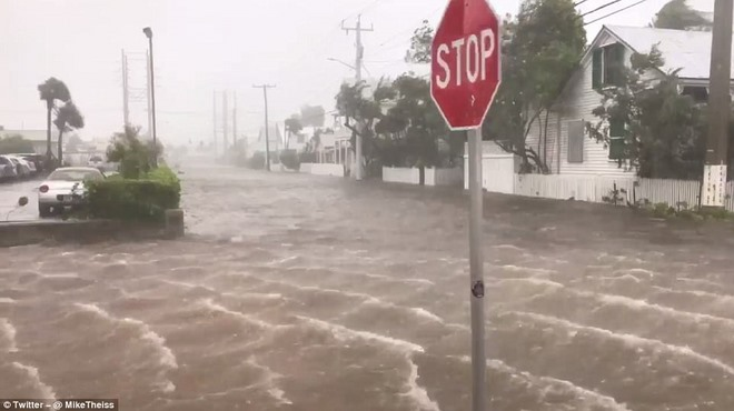 """Siêu bão """"quái vật"""" Irma đổ bộ vào Mỹ, sóng cao 5 mét tạt bờ - 7"""