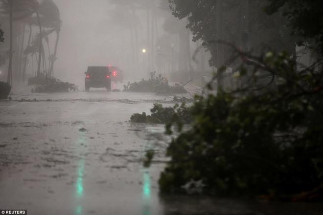 """Siêu bão """"quái vật"""" Irma đổ bộ vào Mỹ, sóng cao 5 mét tạt bờ - 6"""