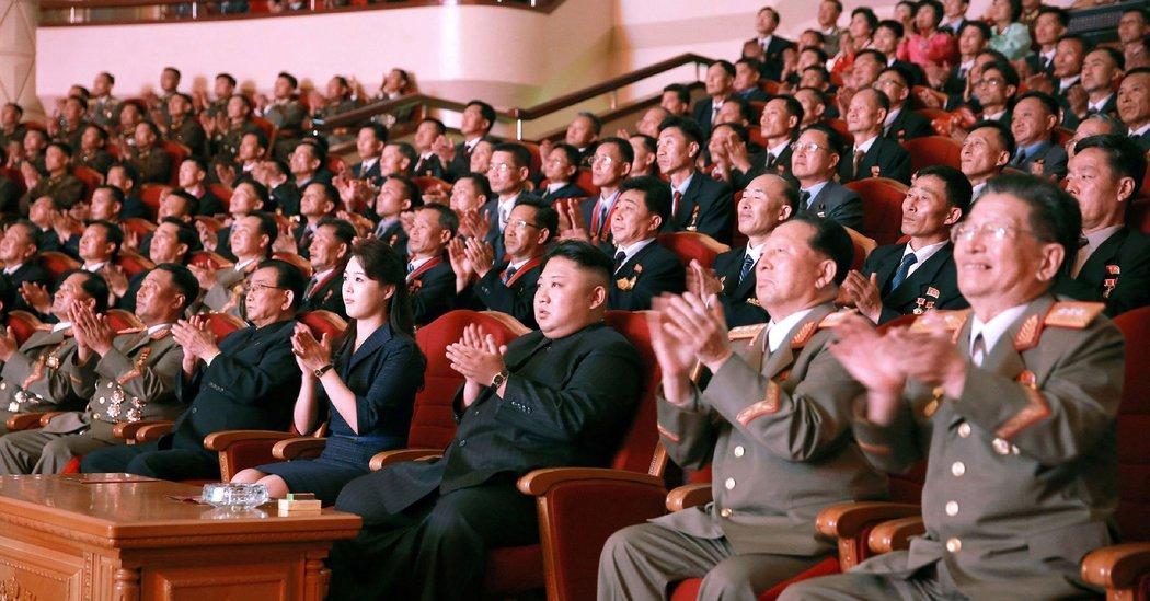 """Hành động lạ của ông Kim Jong-un trước ngày """"đại nạn"""" - 1"""