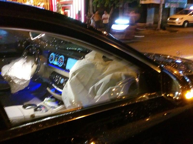 Mercedes 6 tỉ hất văng 1 thanh niên, tông ô tô 7 chỗ - 2