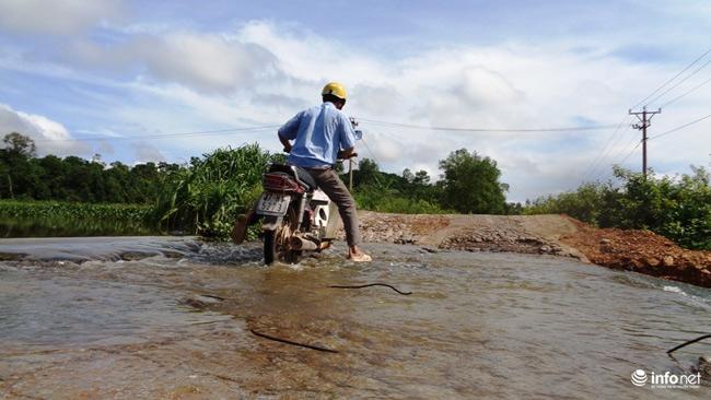 """Nghệ An: Học sinh thót tim khi qua cầu tràn """"nát như tương"""" - 15"""