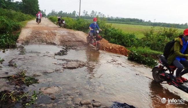 """Nghệ An: Học sinh thót tim khi qua cầu tràn """"nát như tương"""" - 4"""