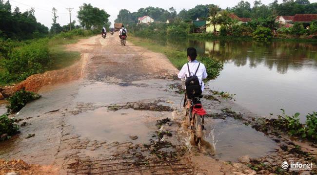 """Nghệ An: Học sinh thót tim khi qua cầu tràn """"nát như tương"""" - 5"""
