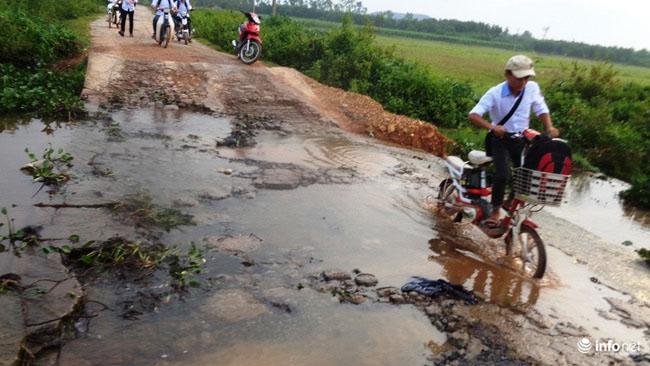 """Nghệ An: Học sinh thót tim khi qua cầu tràn """"nát như tương"""" - 6"""