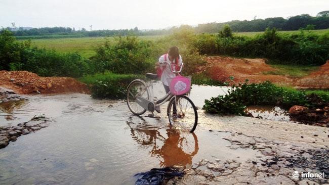 """Nghệ An: Học sinh thót tim khi qua cầu tràn """"nát như tương"""" - 7"""