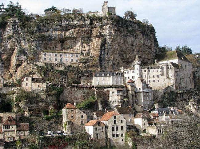 Vẻ đẹp ngoạn mục của ngôi làng cổ nằm cheo leo trên vách núi đá - 2