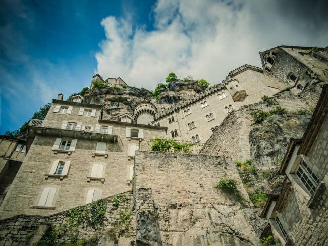 Vẻ đẹp ngoạn mục của ngôi làng cổ nằm cheo leo trên vách núi đá - 3