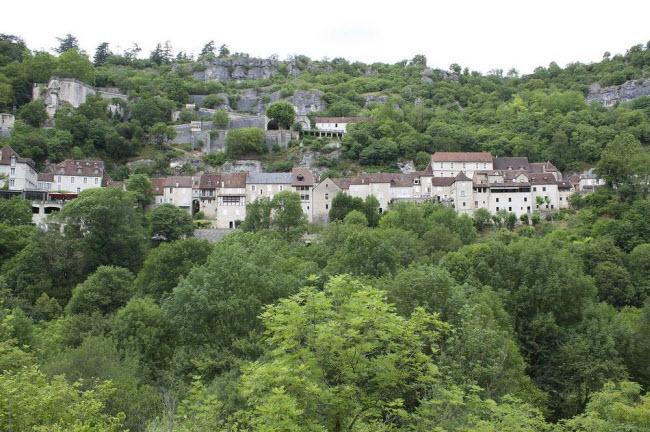 Vẻ đẹp ngoạn mục của ngôi làng cổ nằm cheo leo trên vách núi đá - 4