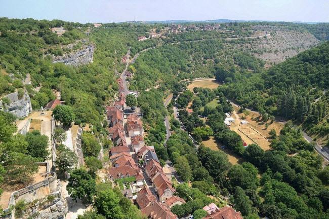 Vẻ đẹp ngoạn mục của ngôi làng cổ nằm cheo leo trên vách núi đá - 6