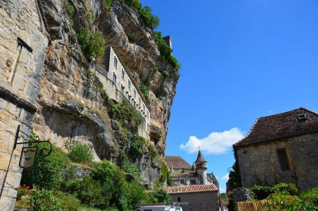 Vẻ đẹp ngoạn mục của ngôi làng cổ nằm cheo leo trên vách núi đá - 10