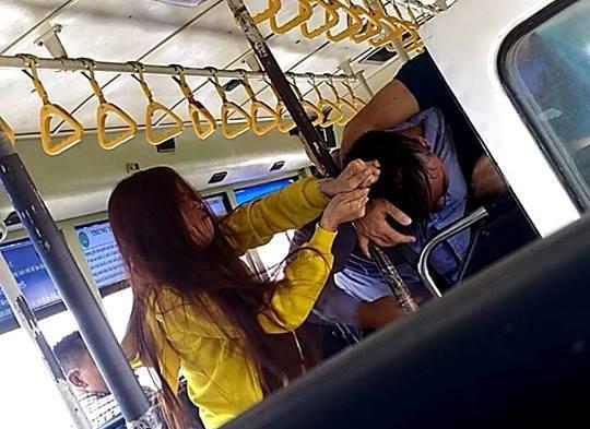 Tiếp viên và đôi nam nữ lao vào giật tóc, đấm nhau túi bụi trên xe buýt - 1