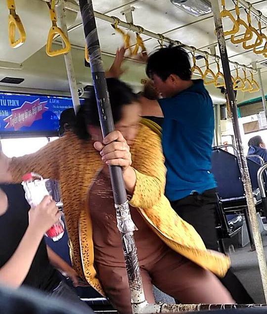Tiếp viên và đôi nam nữ lao vào giật tóc, đấm nhau túi bụi trên xe buýt - 2