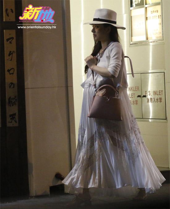"""Vợ đẹp kém 22 tuổi của """"Thiên Vương"""" Quách Phú Thành quá khêu gợi, nuột nà - 2"""